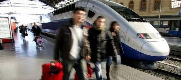 950099_des-voyageurs-a-leur-arrivee-a-la-gare-saint-charles-a-marseille