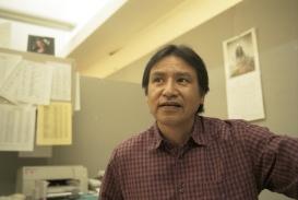 Conrad Fisher. Cheyenne du Nord. Historien dans son bureau de l'administration tribale.