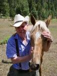 James possède quelques chevaux. La plupart ont été sauvés et placés chez lui pour échapper à des mauvais traitements.