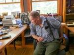 Dans son bureau, entourré des portraits de sa famille, de ses ancêtres et d'une multitude d'objets,